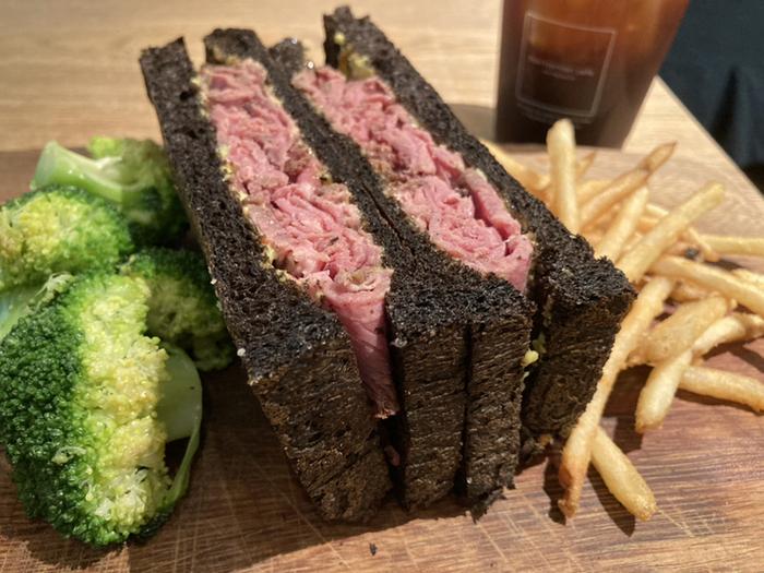 「ローストビーフサンド」はしっとりやわらかなお肉が絶品。ウッドプレートにおしゃれに盛り付けてあり、テンションが上がりますね。