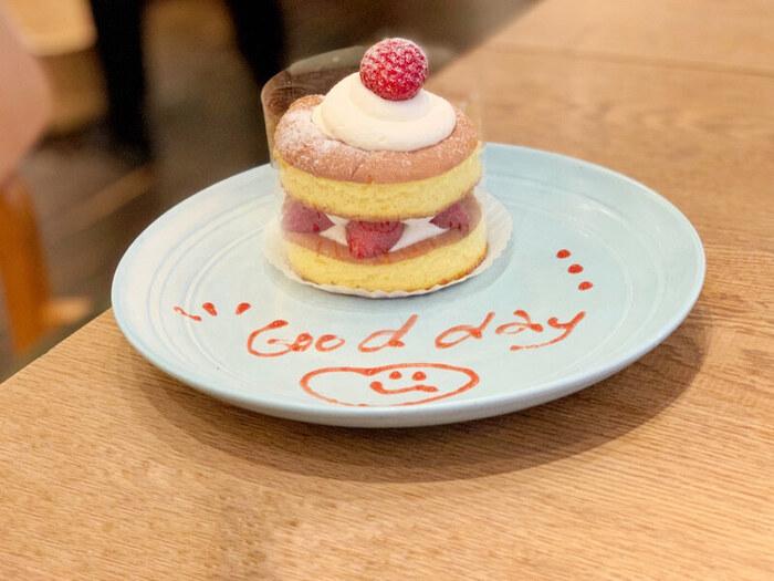 ランチだけでなく、甘いものを食べたいときに立ち寄るのもおすすめ。「ストロベリーショートケーキ」はパンケーキのように丸く切ったスポンジの間にふんわりクリームがサンドされています。デコレーションもキュートで乙女心をくすぐりますね。