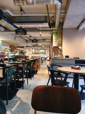 千駄ヶ谷エリアで長年カフェを営んできた「GOOD MORNING CAFE」が、2019年に3代目として駅から5分のところに移転しリニューアルしました。その名も「GOOD MORNING CAFE NOWADAYS (グッドモーニングカフェナワデイズ)」。スタイリッシュな店内では、本格的なカフェメニューがいただけます。