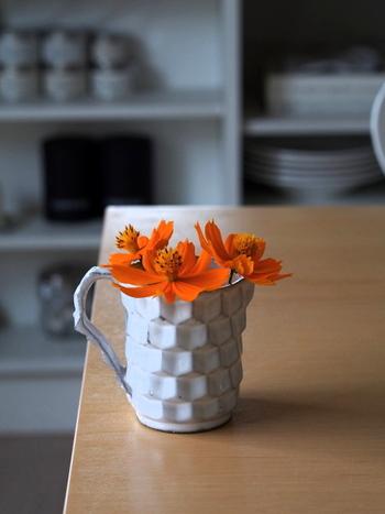初秋を意識するなら、ガラス花器ではなく陶器の花器をつかってみては。もしお家になければ、陶器製のマグカップなどを代用するのも良いですね。さりげなくインテリアになじむものを選んでみてください。