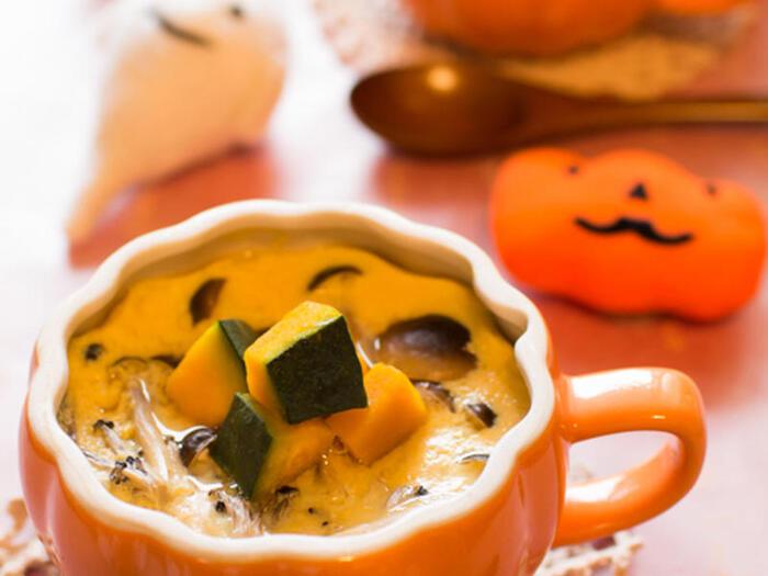 おじいちゃん、おばあちゃんなど、家族で過ごすハロウィンパーティーに使いたい、かぼちゃのハロウィン茶わん蒸し。洋食だけでなく和食にも似合うので、3世代で楽しく過ごすハロウィンメニューに最適です。
