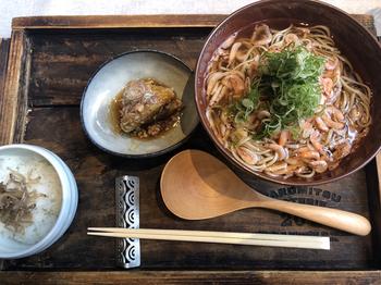 お蕎麦は和食ランチの定番、といっても一般的なものとはひと味もふた味も違います。こちらのお蕎麦は、桜海老とトリュフオイルを使った冷たいもの。日本蕎麦にオイルという意外な組み合わせも、驚くほどのおいしさです。