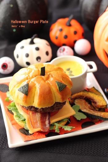 かぼちゃペーストで作るパンズに、ハンバーグや野菜をサンドして豪華なハロウィンバーガーに。さらにスープやフレンチフライを添えてワンプレートにすれば、豪華で楽しいハロウィンランチプレートに♪