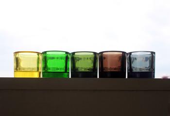 こちらのガラス製キャンドルホルダーのように、同じデザインを色違いで並べるのも素敵ですね。同系色の濃淡が心地よいリズムを生み出します。