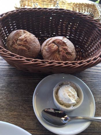 ランチは野菜の前菜とパンがセットになっているのでとてもお得。パスタは数種類からセレクトできるので、何度訪れても楽しめますよ。