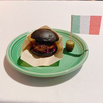 イタリアンでは見かけることがないハンバーガーもコース料理のひとつ。黒炭を混ぜたバンズで牛肉のパティや紫キャベツの酢漬け、タスマニア産の粒マスタードなどをサンドしています。  ドレスコードはありませんが、カジュアルすぎる服装はNG。ちょっとおしゃれをしてステキな時間をお過ごしくださいね。