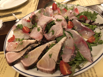 名物は、カルパッチョの盛り合わせ。好みのお魚を新鮮野菜と一緒にいただきましょう。調理法に迷ったら、スタッフの方に相談すると丁寧に教えてもらえるので、きっと好みのお料理を堪能できますよ。
