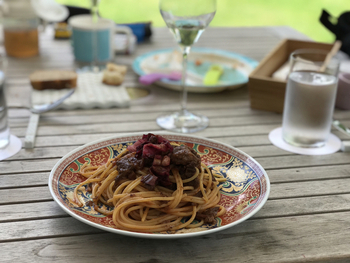 """イタリアの星付きレストランテで学んだシェフのお料理は、日本の""""粋""""をコンセプトにするモダンイタリアン。ランチに使われるお皿も和のテイストが盛り込まれていますよ。"""