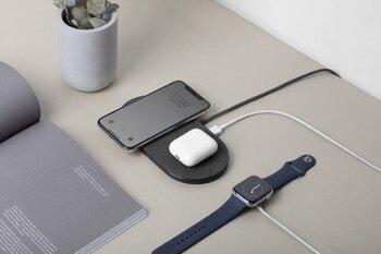 フラットなスタンドの上で2台のスマートフォンの充電をすることができます。しかも、USBポートを使えば最大3台まで充電することも可能なんです!電源が足りない、なんて場面でもこれならスマートに充電できて、かっこ良さそう。