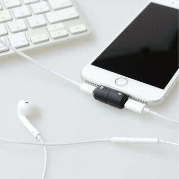 使い方はとってもシンプル。端末に差し込んだら、充電マークとイヤホンマークに従ってコードを繋げるだけです。音楽を聴くほかにも、もちろん通話も充電しながらできます。イヤホンジャックのないスマホにはとってもありがたいコネクタですね。
