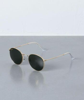 丸みのあるシェイプがレトロでかっこいいレイバンのサングラス。ゴールドのフレームがさりげなく華やかさを添えてくれます。