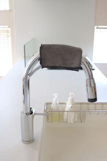 シンク汚れの多くは水滴が乾いたあとにできる水垢です。そのため、シンクを洗ったあとに水滴を拭き取っておくと水垢汚れの付着を防ぐことができます。マイクロファイバークロスならしっかり水分を吸収してくれるのでピカピカになりますよ。