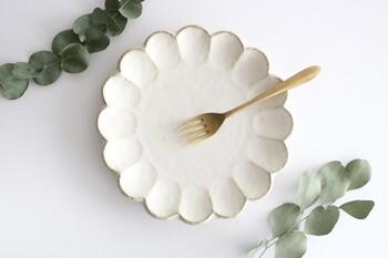 素朴な質感と花モチーフが特徴の美濃焼きのお皿です。少し大きめのサイズなのでスイーツの盛り付けにはもちろん、ワンプレートメニューを楽しみたいときにもぴったり♪