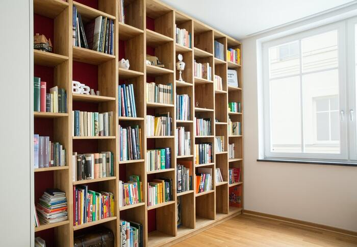 本がたくさんあってしまいきれないとお悩みの方は多いのではないでしょうか。電子書籍が増えてきたとはいえ、本ならではの良さはありますよね。 手放せない本がたくさんあるのなら、壁面収納を活用するのはいかがでしょう。  背の高い本棚を取り入れる場合は、転倒や落下防止の対策を忘れずに。