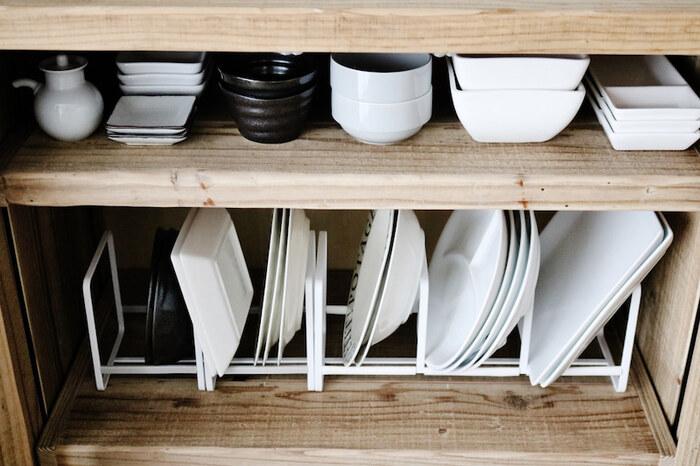 大きめのお皿は、立てて収納するとたくさんの枚数をしまうことができます。専用のスタンドが必要になりますが、重ねるよりも出し入れのしやすさがアップするはずです。