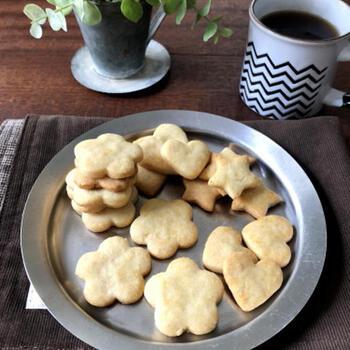 ホットケーキミックスとケーキ用のマーガリン、もしくは無塩バターの2つで作るクッキーのレシピです。砂糖も使用しないので、甘さ控えめがお好みの方にぴったり!