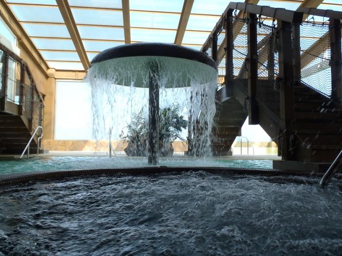 屋内の水着ゾーン「古代のビーチ」は、一年中入れる温泉のプールです。打たせ湯・滝・ジャグジーなど、ユニークな仕掛けが盛りだくさん。大人でもワクワクするアスレチックのような雰囲気です。