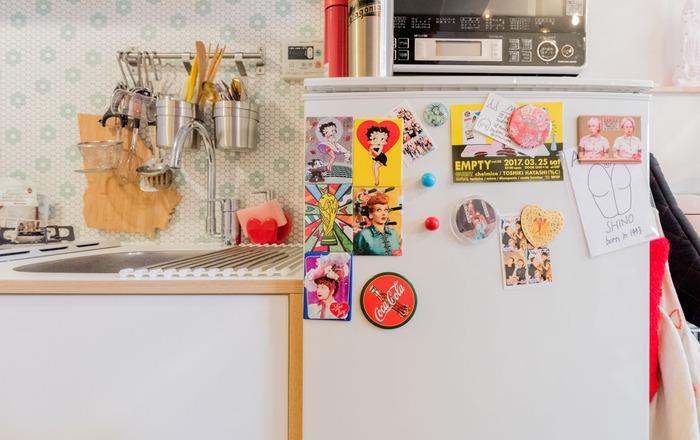 こちらはキッチンの壁一面にタイル風シートを貼っています。爽やかな色の花柄が可愛くて、外国のキッチンみたい!ポップな小物たちとの相性も◎