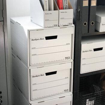 ・コスト:★★ ・おしゃれ:★★★★★  アメリカのオフィスでもお馴染みの、バンカーズボックス。かっこよく隠す収納を叶えてくれるアイテムとして人気です。お家の中の収納は、この「バンカーズボックス」で統一して、いくつかをDVD収納に使っても素敵ですね。