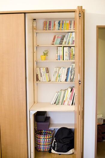 「ラブリコ」と同じ要領でDIYできる、「PILLAR BRACKET(ピラーブラケット)」というパーツも人気です。こちらも、2X4材にはめ込んで使用します。  パーツ自体はリーズナブルなので、木材の調達を工夫すれば、市販の家具を買うよりも、ずっと安くオリジナルの棚を作ることができますよ。