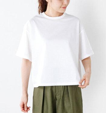 ノーマルなクルーネックは、白Tのカジュアルな特徴をそのままに堪能できます。着方次第では地味になりやすいネックラインですが、しっかり体型さんならいつでも華のある着こなしに。