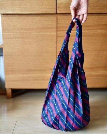 丈夫なナイロンバッグは気軽に使える分、汚れが気になる場合も。洗濯機や丸洗いは基本的にはせず、汚れた部分だけお手入れするのが良いとされています。雨に濡れてしまうことが多いな、など感じる場合は、あらかじめバッグに防水スプレーをかけておくのも一つの手。