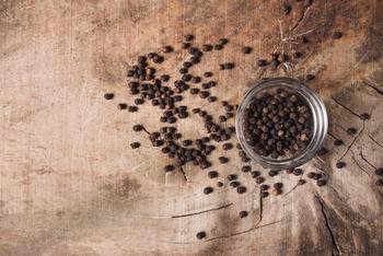 黒胡椒のことで、ピリッとした辛みが特徴。カレーに刺激を加えてくれます。食欲増進にもいいですよ。
