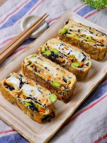ほぼ完全栄養食の卵にヒジキや人参や枝豆が加われば、栄養満点のカラフルな卵焼きが出来上がり!彩り豊かなので、お弁当のおかずにも喜ばれそうですよね。