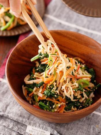 とっても意外で美味しいレシピ!切り干し大根を煮物ではなく、サラダに使ってしまうというアイディア料理です。切り干し大根も、栄養の宝庫と言われ、なんと大根の約20倍のカルシウムを誇ります。さらに鉄分や食物繊維もたっぷり含まれていますので、年齢が気になり始めたら、美容と健康のためにも積極的に取り入れたい食材です。