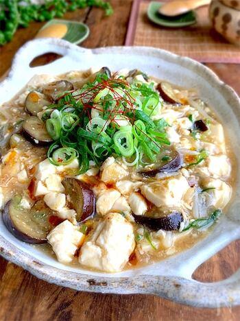 ご飯がススム、ナスとお豆腐の簡単おかず!野菜が高くても豆腐などの安価な食材を駆使することで節約することができます。豆腐には健康維持には欠かせないたんぱく質がたっぷり。ただ、水分を多く含む豆腐は体を冷やす食材でもあるので、エアコンによる冷えが気になる時には、加熱して頂きましょう。