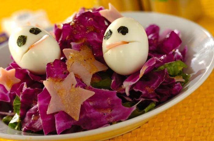 いつものシーザーサラダも紫キャベツを取り入れるだけであっという間にハロウィンに。ゆで卵でお化けを作れば子どもたちも大喜び。
