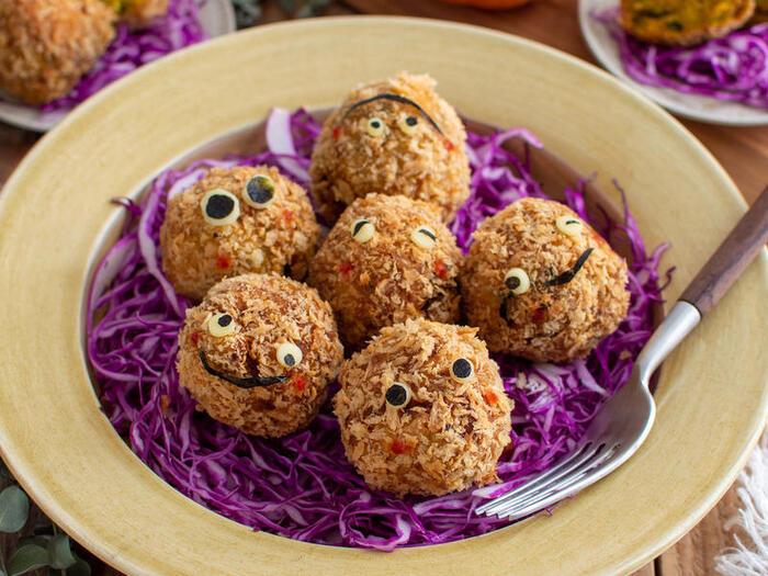 紫キャベツは、直接料理に使わなくても、飾りとして使うだけでも十分にハロウィンの雰囲気を出してくれます。  こちらはかぼちゃの一口コロッケの下に敷いて。コロッケを作る時間がない人は、買ってきた揚げ物の下に敷くだけでも◎。