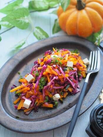おしゃれなハロウィンカラーのデリサラダ。かぼちゃと紫キャベツをドレッシングに和えるだけなので、簡単に作れちゃいます。  クリームチーズが味をマイルドにしてくれるので、子どもでも食べられるそうですよ。