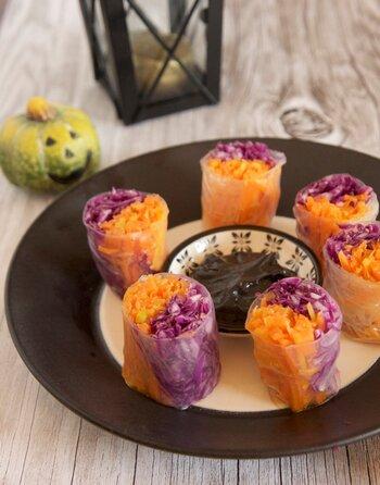 生春巻きもニンジンと紫キャベツでハロウィン仕様にしませんか? いつものスイートチリソースで食べてもいいですが、練りゴマを使えば、なんとも不気味なソースが作れますよ。