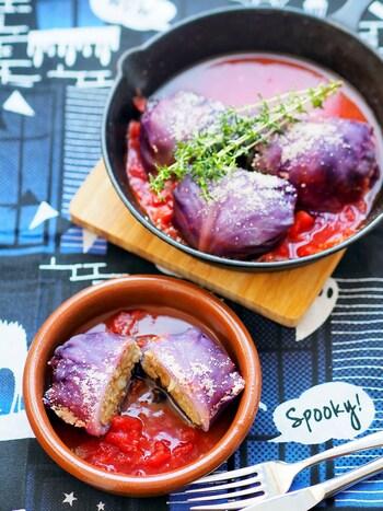 キャベツ料理の定番ロールキャベツも紫キャベツを使って作りましょう。  紫キャベツは、普通のキャベツと同じように使ってOK。ハロウィンバージョンは、コンソメ味ではなくトマト缶で作るのがミソ。赤と紫で吸血鬼を連想させますね。