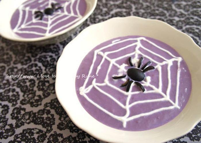 こちらは紫芋と紫キャベツをヴィシソワーズ風にしたスープです。紫芋の甘味があり、子どもも食べやすい味になっています。  蜘蛛の巣は生クリームをホイップしたもの、蜘蛛はブラックオリーブ。本物の蜘蛛に見えるので、みんなびっくりしてしまうかも。