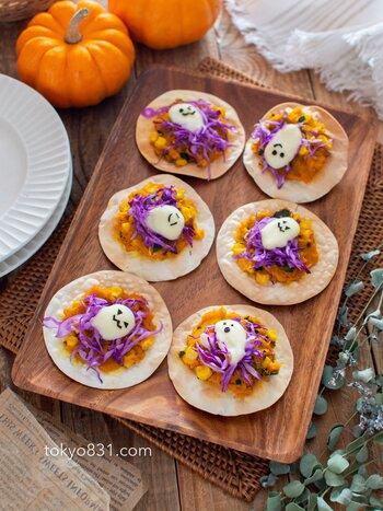 ハロウィンパーティーには、餃子の皮を使った簡単ミニピザはいかが? オレンジと紫の組み合わせで一気にハロウィン全開。  上にのっているお化けは、モッツァレラチーズ。トースターで焼き上げた後、海苔で顔をつけるだけ。かわいいので子どもたちにも人気が出そうですね。