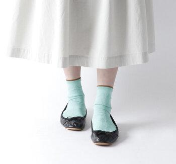 一年中愛用したい、ころんとしたバレエシューズ。夏の時期も、お出かけ気分をかわいく彩ってくれます。他シーズンと違った楽しみ方は、夏らしい靴下選びにあり。カラーや柄・薄手の素材などで差をつけましょう。