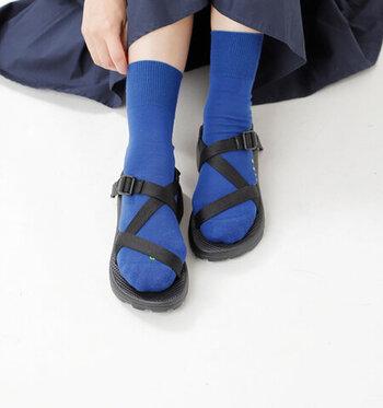安定感があり、アクティブに歩き回れるスポーツサンダルは、夏のお出かけの心強い味方ですよね。もちろんそのままでも素敵ですが、靴下を合わせると、アウトドア感を抑えた親しみやすさが生まれます。