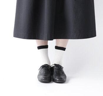 長く愛用したいオーソドックスなデザイン。そして、はきこむほどに、自分の足になじんでいく過程もまた愛おしいローファー。重厚感があるので、夏は爽やかな白ベースの靴下がよく似合います。