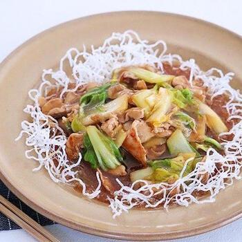 中華のかた焼きそばのように春雨を使うこともできますよ。春雨自体に味がないので、濃いめに味付けしたあんかけが合うのだそう。あんは、豚肉と白菜と調味料だけで簡単にできるので、ランチメニューにもおすすめ♪