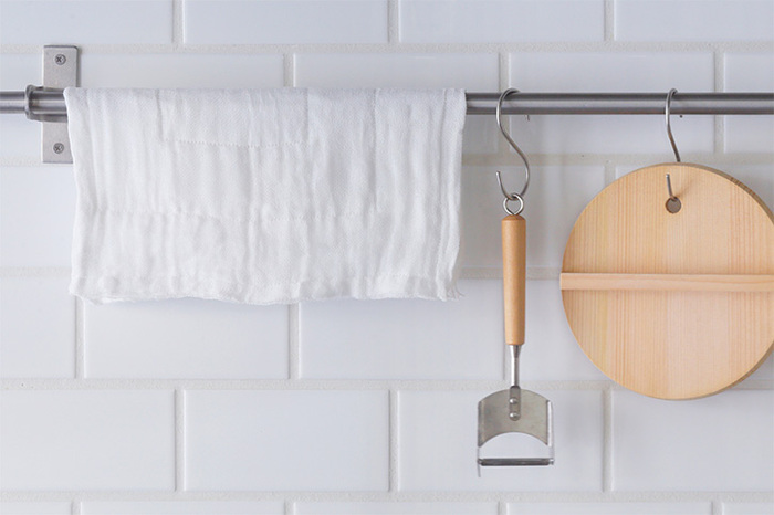 吸水性と乾きの良さが特徴の、蚊帳生地をたっぷり8枚合わせにして縫い上げたこちらのふきん。食器を拭いたり鍋つかみとして使ったりした後は、台ふきんに、最後は雑巾にと長く使い続けられるふきんです。