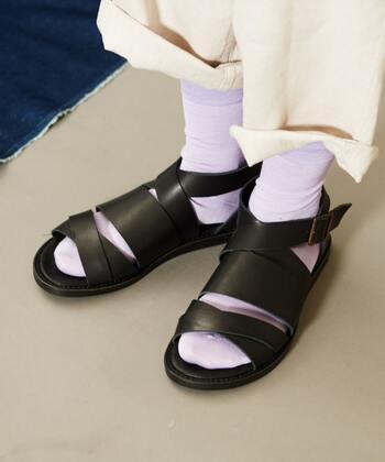 デイリー用のファッションサンダルには、靴下を合わせておしゃれ度アップ。靴のデザイン性が引き立つよう、正反対のカラーを選ぶと華やかな足元になりますよ。
