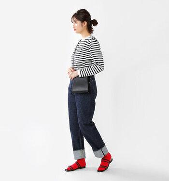 スタイリッシュな黒サンダルには、ビビッドな赤靴下がよく映えます。サンダルの輪郭をはっきりさせつつ、シンプルなモノトーンコーデのアクセントに。黒×赤でも辛口にならないのは、靴下のやわらかさのおかげ。