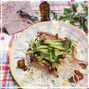 こちらは、揚げた春雨をたっぷり盛り付けたサラダのレシピです。野菜や焼き豚などをのせて、すりおろしたニンニクや生姜と一緒に、めんつゆをかけて食べます。お手軽で、材料やドレッシングを変えれば簡単にアレンジ可能。サラダをメインで食べたいときにもおすすめです♪