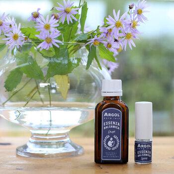 ポーランドの「アルバタイメント社」のエッセンザバルサミカは、1本でさまざまな用途に使えるブレンドオイルです。抗菌作用や消炎作用、かゆみ止めなどの効果が医学的にも認められており、家庭の万能薬として愛されています。爽やかな香りを楽しむだけでなく、ちょっとしたマイナートラブルにも対応できるので便利。