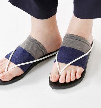 海・川だけでなく、すっかり日常使いも定番になったビーチサンダル。街ではくなら、実はサンダル用のバンドソックスを合わせると快適度がアップするんです。歩くと出てくる足裏の汗を、さらりと吸収してくれますよ。