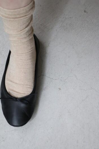 きゃしゃな女らしさのあるバレエシューズには、繊細な靴下がお似合い。コットンリネンのやさしい風合いが、足元をピュアな印象に見せてくれます。はき心地もよく、お気に入りの靴がもっと好きになるかもしれません。