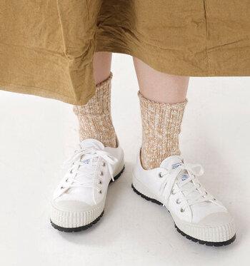 カジュアル度高めのスニーカーは、まさに相棒のように、どこにでも連れて行きたいシューズですよね。カバーソックスですっきりはく以外にも、夏らしい靴下との楽しみ方があります。コツは、靴下の色をボトムor靴と合わせること。ごてごてしないので爽やかに見えますよ♪