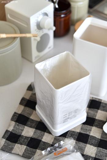 トイレに置いてある小さなゴミ箱、発想を変えればふたつきのゴミ箱として三角コーナーの代わりになります。無印良品のものなら、シンプルな形で四角いから、キッチンに置いても違和感はありません。